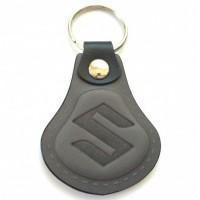 Kožená kľúčenka Suzuki šedá